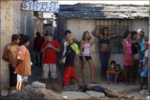 Eingang zu einer Favela - man kann lachen zu einer Leiche